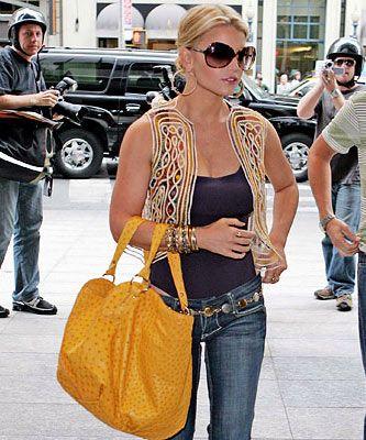 Jessica Simpson  Tutkusu, büyük çanta! Herkesin kendine özgü bir tutkusu vardır, kıyafet seçiminde. Jessica Simpson'sa kıyafetten çok çantaya tutkun. Öyle her çanta cezbetmiyor Jessica'yı. Jessica, çantanın modelinden çok büyüklüğüne önem verenler arasında geliyor. Gardırobunda her renk çanta bulmak mümkün, tabii büyük olduğu sürece. Kimilerine çanta taşımak yük olurken, Jessica büyük çantaları tarz haline getiriyor. Moda ne derse desin, Jessica çantalarından vazgeçmiyor.